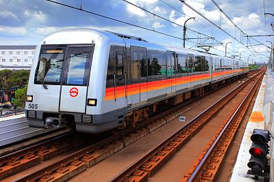 上海轨交乘客手册修订版新规:乘客无车票或者持无效车票乘车的,运营单位可以按照轨道交通网络单程最高票价补收票款,并可加收五倍票款